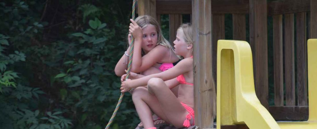 les enfants dans l'aire de jeu camping chantegril