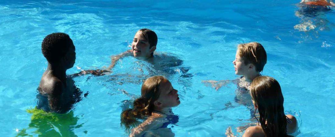 les enfants dans la piscine de camping chantegril